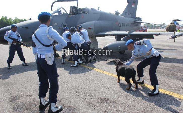 Pesawat Tempur Lanud Pekanbaru Paksa Turun Pesawat Asing Mencurigakan, Anjing Pelacak Dikerahkan