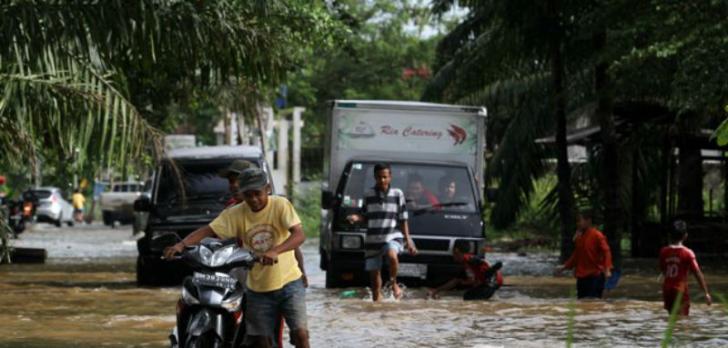 Musim Hujan, Pikir-pikir Dulu Melintasi Sungai Batak