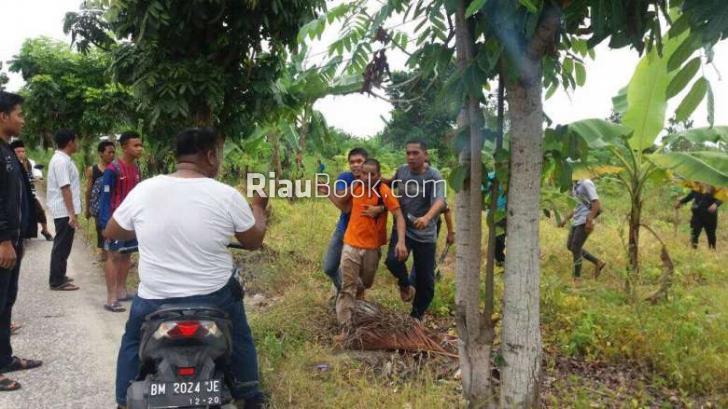 Flash - Ratusan Tahanan Rutan Sialang Bungkuk Pekanbaru Dikabarkan Kabur