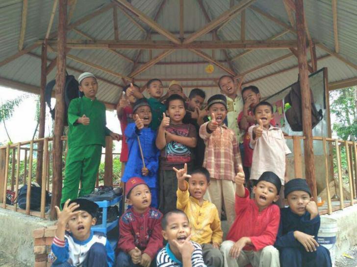LAZNas Chevron Bangun Saung di Sekolah Alam Rumbai