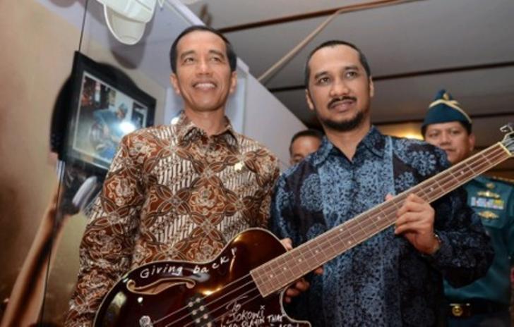 Ayo Lihat, Gitar Jokowi Pemberian Metallica Dipamerkan di Riau