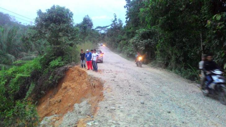 Kondisi Jalan di Desa Pongkai, Koto Kampar Hulu Memprihatinkan