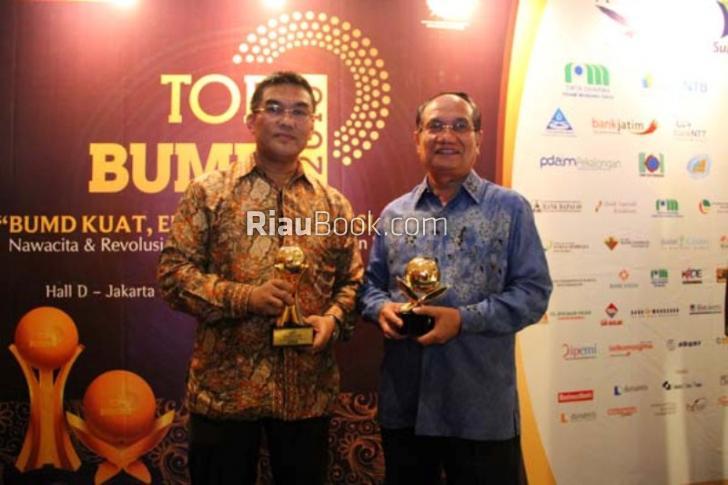 Karena Santun, Dirut Bank Riau Kepri Irvandi Gustari Terima PWI Award 2016