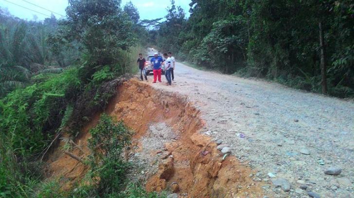 Camat XIII Koto Kampar Berharap Pemerintah Perbaiki Jalan Longsor Desa Pongkai