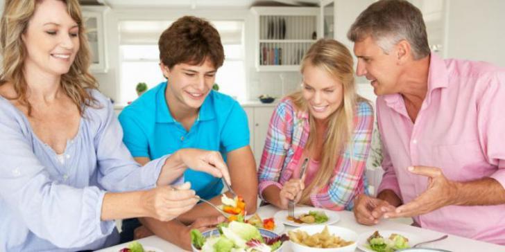 Resiko Kebanyakan Makan saat Liburan Natal