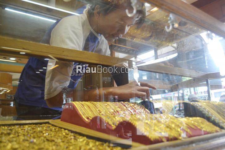 Penjualan Perhiasan Emas di Dumai Merosot