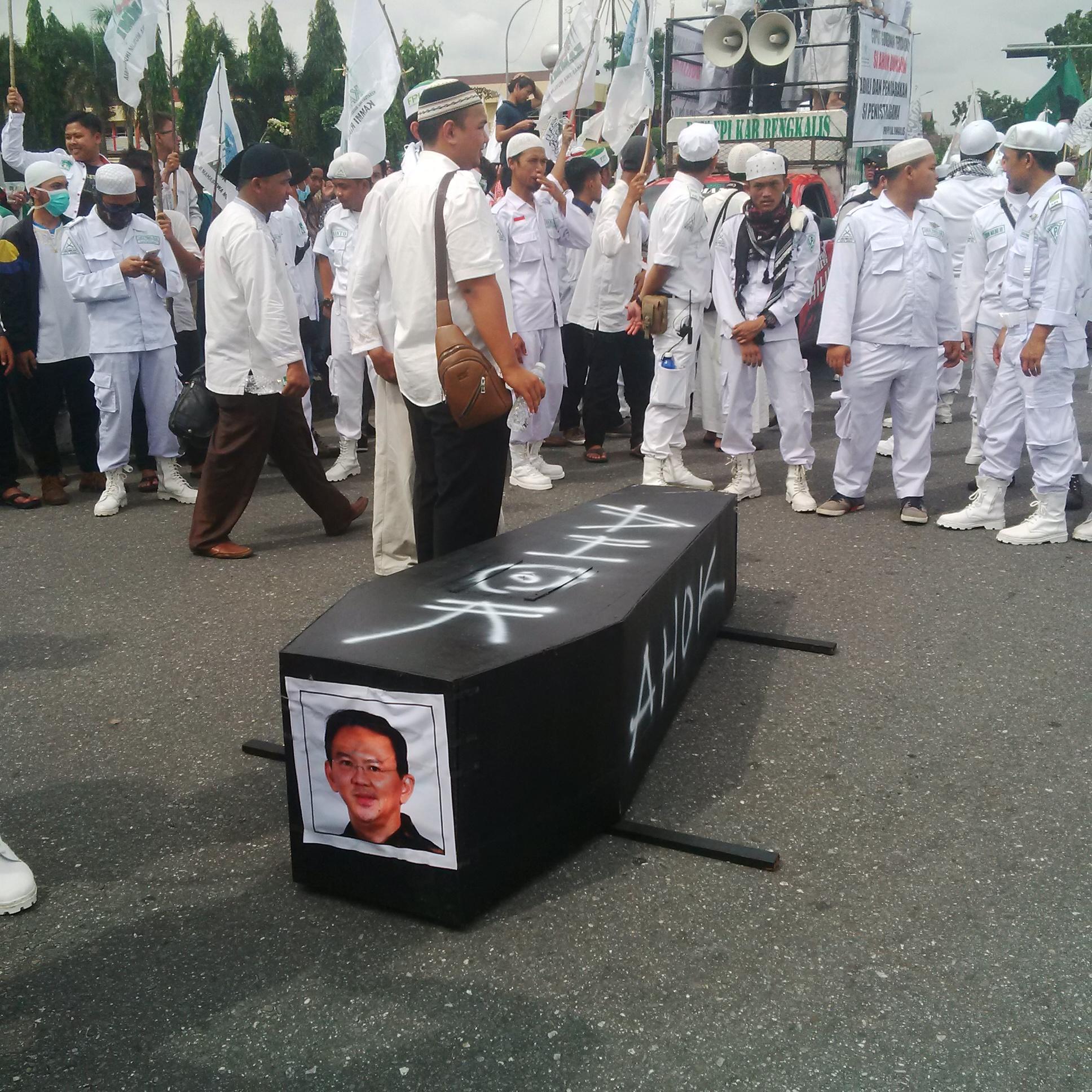 Aksi Bela Islam 55 Bawa Peti Mati untuk Ahok