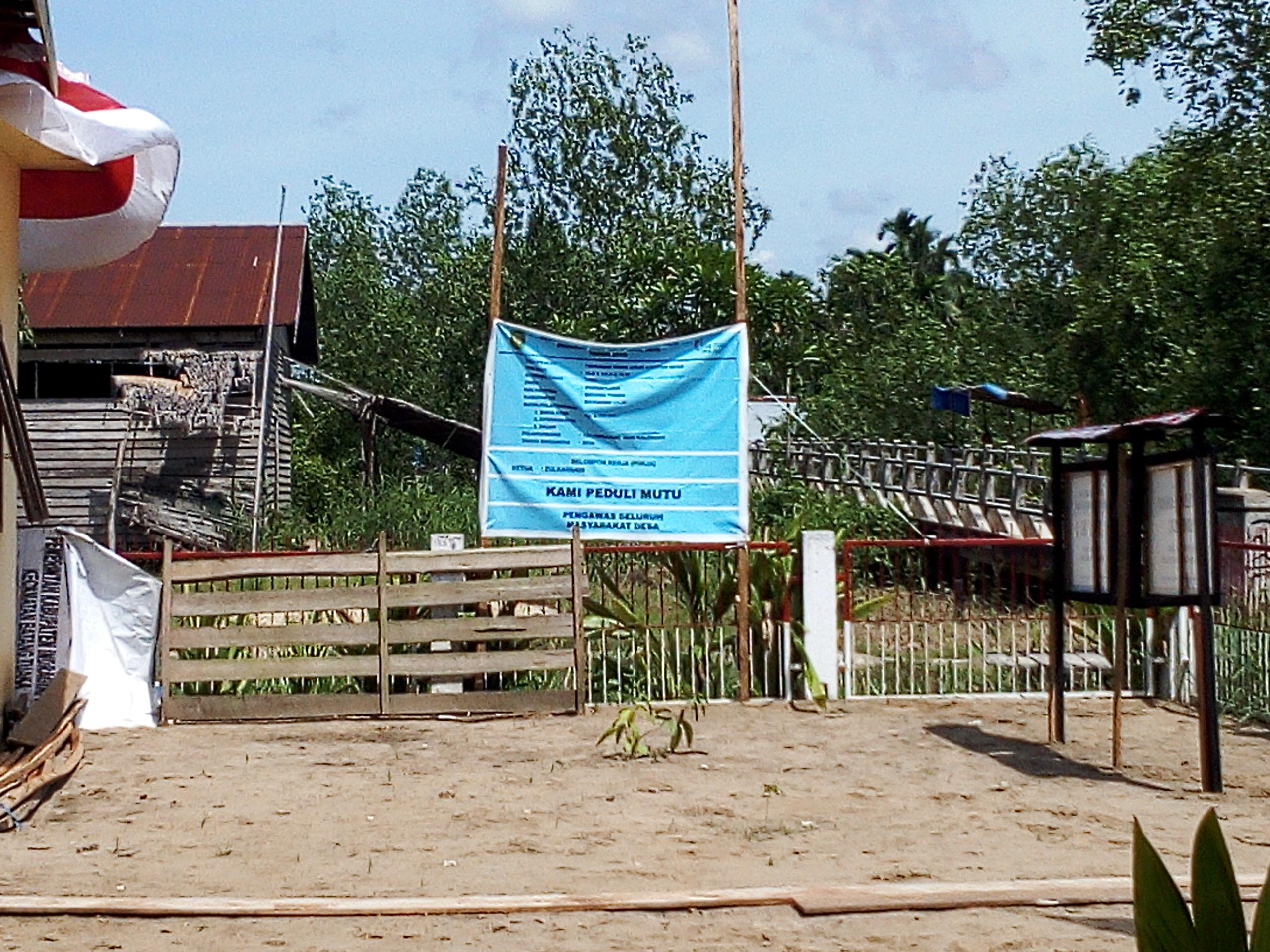 Dulu Berlumpur Kini Halaman Kantor Desa Sungai Luar Inhil Luas untuk Parkir