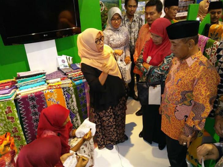 Kunjungi Stand Pameran RAPP, Bupati Harris : Batik Bono Icon Pelalawan