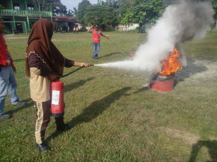 Siswa SMAN 1 Pangkalan Kerinci Antusias Padamkan Api