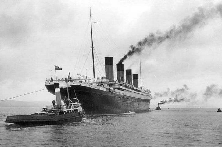 15 April, Titanic Karam Menabrak Gunung Es