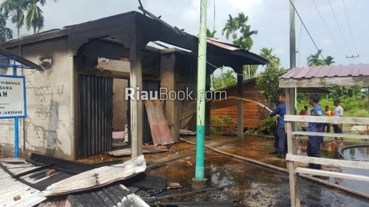 Diduga Akibat Arus Pendek, Dua Ruko Ludes Terbakar di Bengkalis
