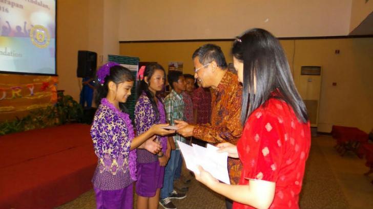 Melalui Prestasi, Hafiani Siswi SMP Global Andalan estate Cerenti Terima Beasiswa