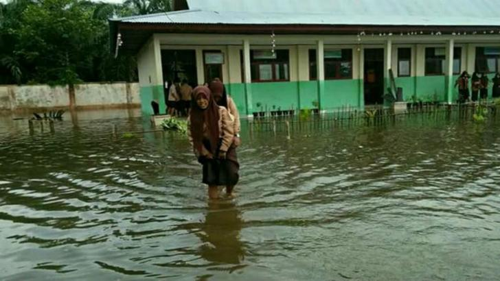 Lihatlah, Mereka Belajar saat Banjir Melanda Sungai Apit