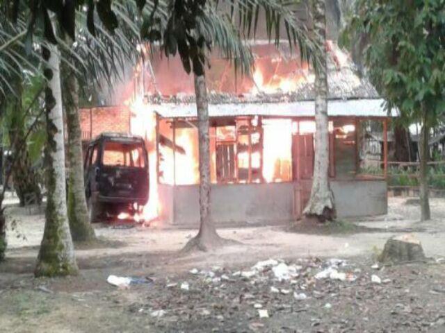 Rumah Guru Ngaji Cabul Dibakar Massa yang Marah
